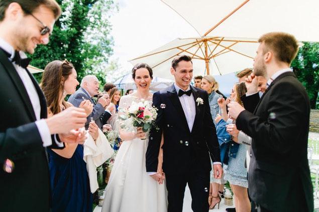 Julia & Christian strahlen nach der Trauungszeremonie am Wörthersee Foto ©Tanja und Josef Photographie & Film)
