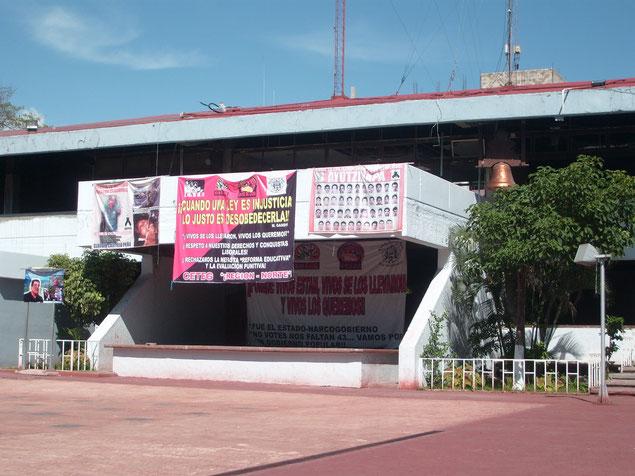 内部の焼け焦げたイグアラ市庁舎