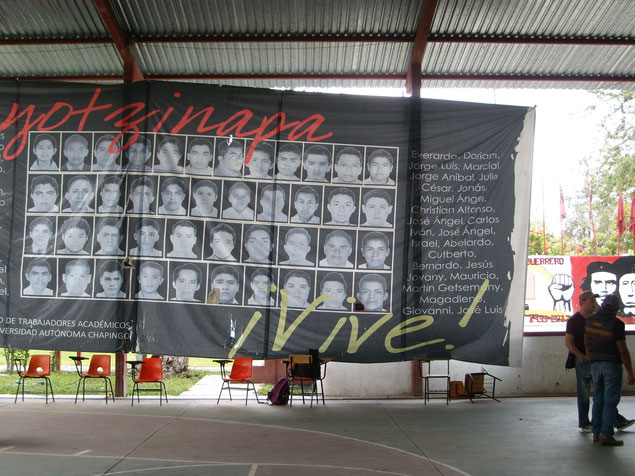 校庭に掲げられた43人の失踪学生たちを描いた垂れ幕。
