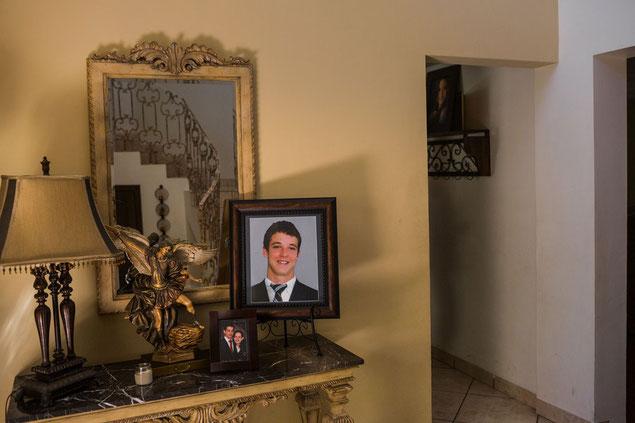 犠牲者のひとり、ヘラルド・ハース。ピエドラス・ネグラスの15歳の中学生でサッカー選手だった。友人たちと一緒にいたときに、友人たちとその両親と一緒にセタスに連行された。死亡したと推定されている。ハースがサッカーのビブスにつけていた背番号55という数字は、虐殺に対する憤りのシンボルとして、出身の街の商店のショーウィンドウや自動車のバンパーを覆っている。大虐殺で殺された大部分の人と同じく、ハースは麻薬密輸とは何の関係もなかった。
