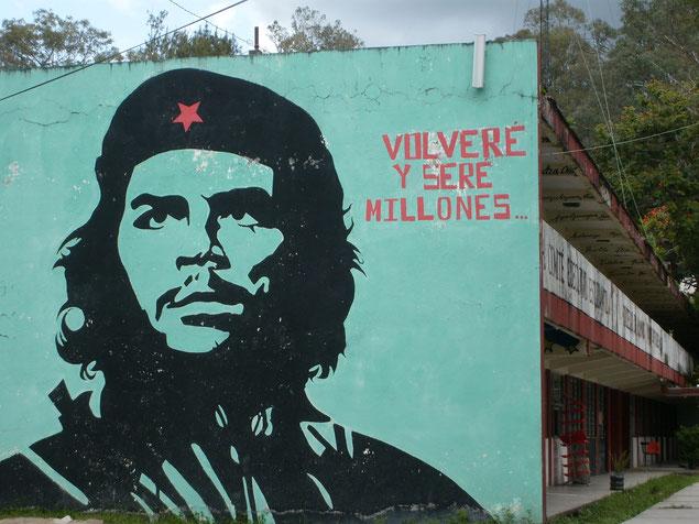 校内いたるところの壁に、世界の革命家の肖像が描かれている。