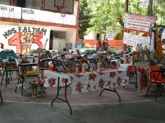 事件1周年記念のイベントのため、校庭に学生たちの椅子と写真が並べられていた。