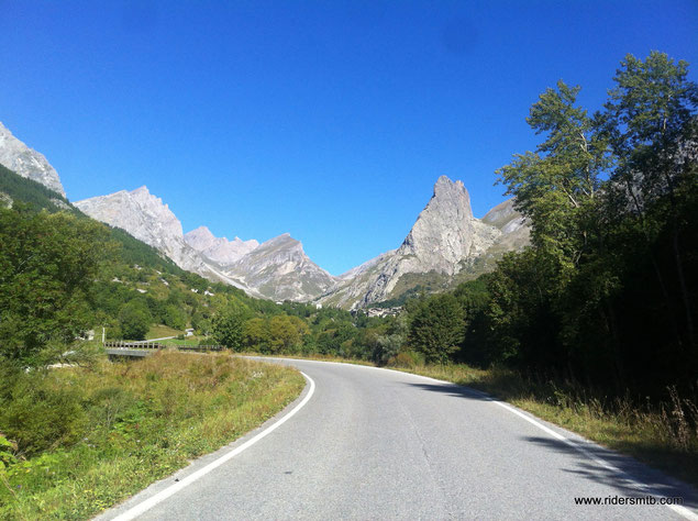 chiudiamo l'anello lasciando alle spalle la Rocca Provenzale e la spettacolare Val Maira