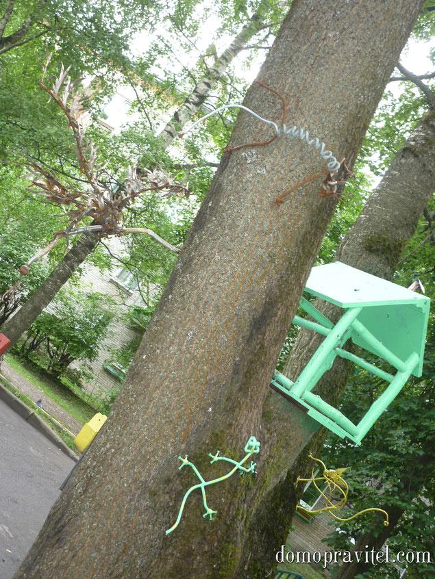 Во дворе по ул. Хохлова 15. Ландшафтный дизайн от творческого сварщика.