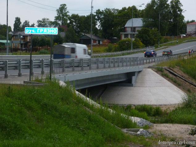 На фото: мост через реку Грязно в селе Рождествено. Август 2015 год.