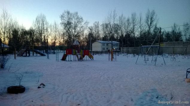 Детская площадка во дворе домов 41 и 42 поселка Торфяное
