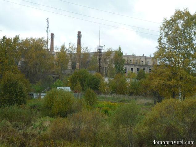 """Вид на """"стекольный завод"""" с моста через речку Орлинку"""