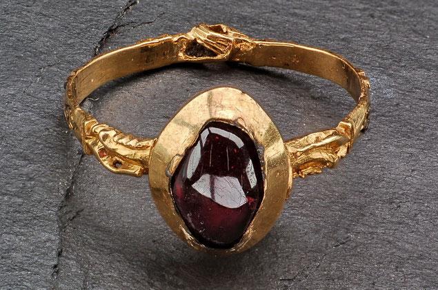 Goldring mit Granatstein, Handtreue Motiv (Verlobungs- oder auch Ehering), 13. Jhdt.