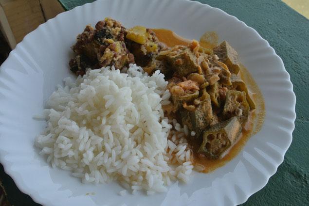 PVA Ayurvedic Hospitalの夕食。好きな量をよそって食べます。消化力も必要な量も人それぞれ。