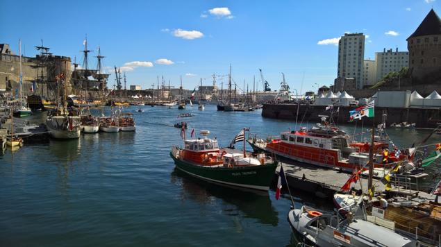 Port de Brest et ses vieux gréements, au fond à gauche le Château.