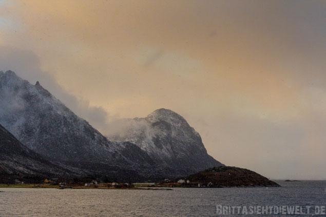 Hurtigruten,Ørnes,Berge,Schnee,Schneesturm,MS,Midnatsol,Postschiff,Kreuzfahrt,Norwegen,Fjord