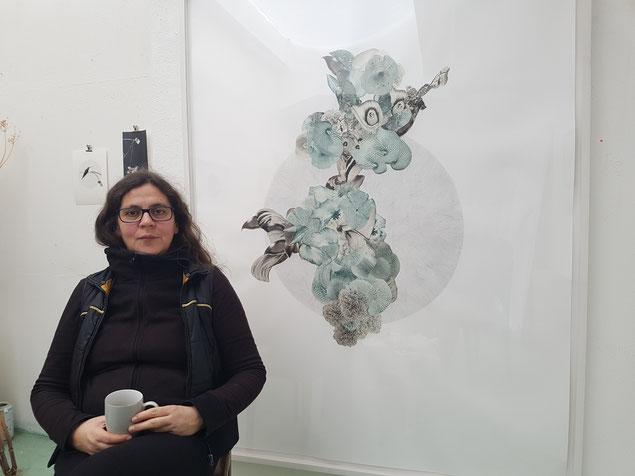 Sabine Wagner vor einer ihrer Collagen  (© Die Turmkoop/Irene Franken)
