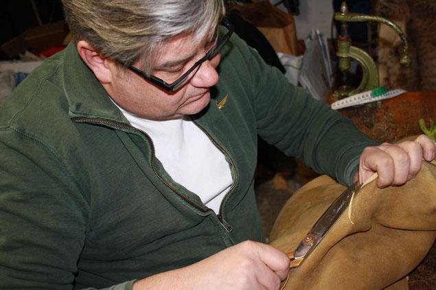Endfertigung Ihrer maßgefertigten Hirschlederhose aus bestem sämisch gegerbtem Hirschleder
