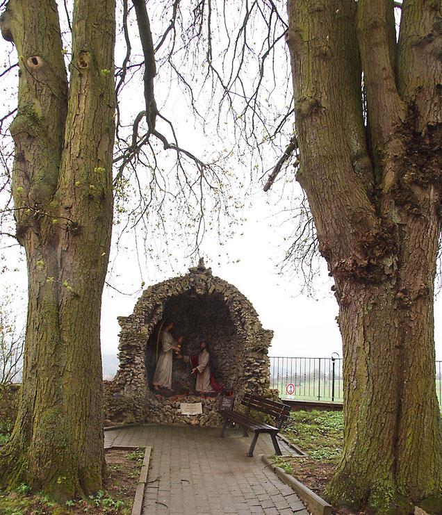 Grotte mit altem Baumbestand (2 Kastanien)