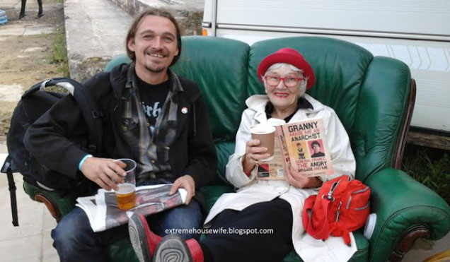 Stuart Christies mormor og en anarkistisk kammerat (graffiti-kunstneren Banksy...?)