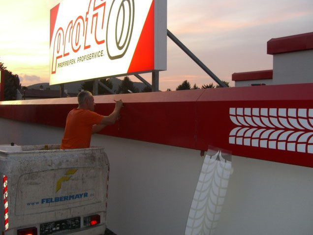Dachomtage eines Leuchtkastens mit LED Ausleuchtung