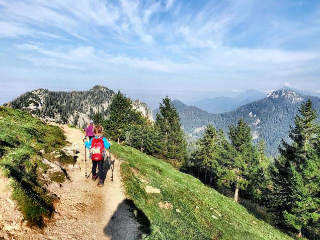 Zwei KInder in den Bergen beim wandern.