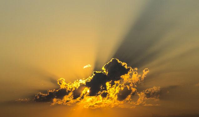 Wolkenhimmel mit Sonnenlicht-Reflektionen