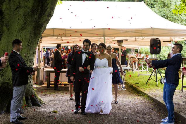 Brautpaar, Auszug, Hochzeitsgäste, Rosen