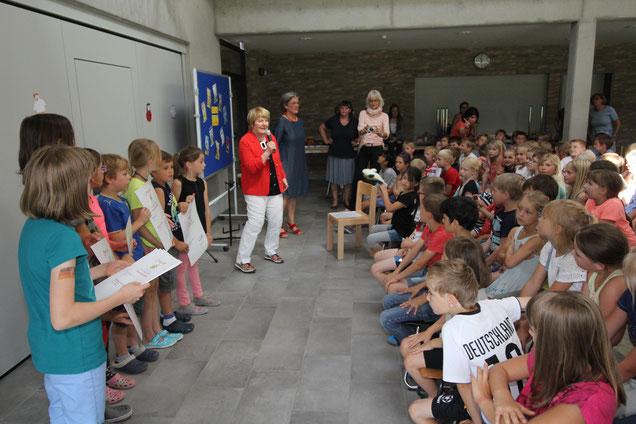 Ursel Scheffler (rote Jacke) gratulierte allen Kindern zu ihrem Leseeifer.