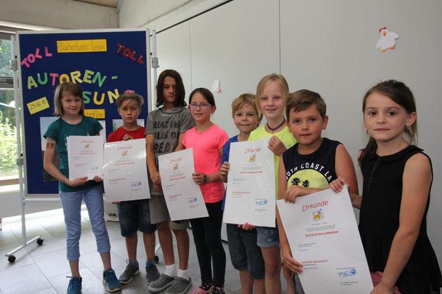 Die KlassensprecherInnen präsentieren stolz die Lesemeister-Urkunden ihrer Klassen.