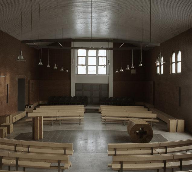 Die Gemeinde ist um die freie Mitte in zwei gegenüberliegenen halbkreisförmigen Blöcken gruppiert. Eine solche Anordnung hat in der Kirche Tradition. A. Gerhards