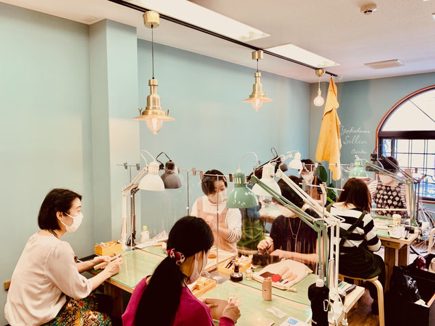 レザークラフト教室ヨコハマセリエの大阪心斎橋教室作業風景