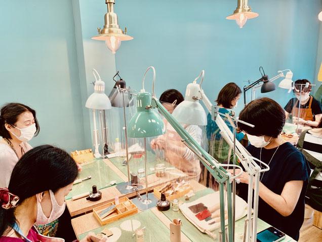レザークラフト教室ヨコハマセリエの大阪心斎橋教室 午後クラスの作業風景