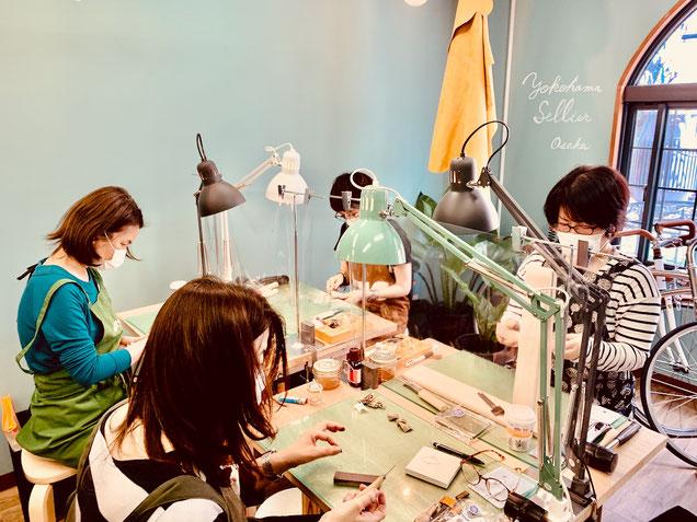 レザークラフト教室ヨコハマセリエの大阪心斎橋教室午後クラスの作業風景