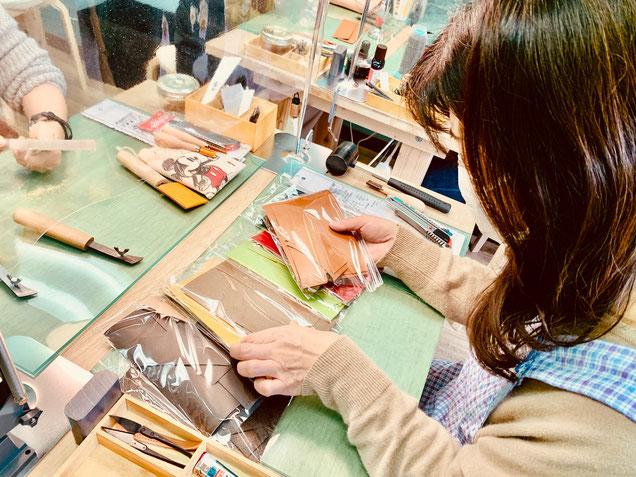 大阪のレザークラフト(革)教室ヨコハマセリエの様子 生徒さんの革選び