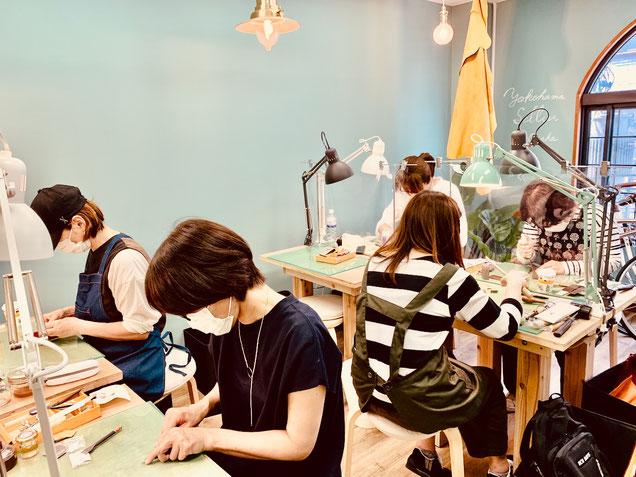 レザークラフト教室ヨコハマセリエの大阪心斎橋教室午前クラスの生徒さん作業風景