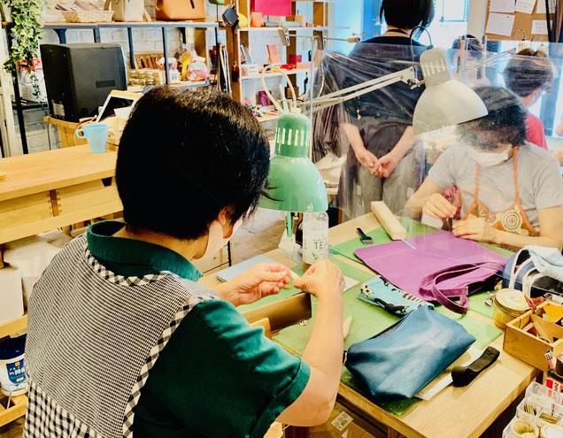 レザークラフト教室ヨコハマセリエ横浜元町教室製作の様子
