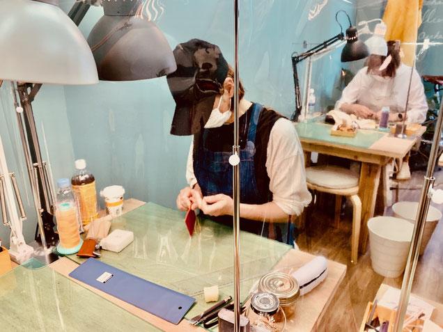 レザークラフト教室ヨコハマセリエの大阪心斎橋教室パスケース制作中
