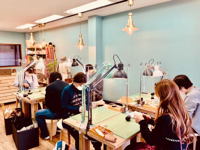 大阪のレザークラフト(革)教室ヨコハマセリエの様子 生徒さん頑張ってます