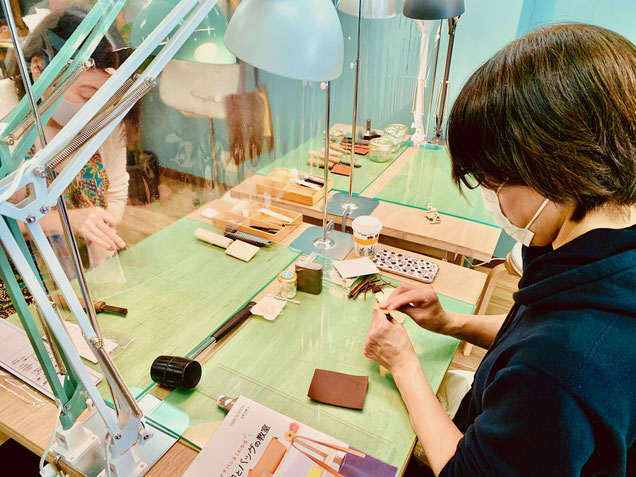 大阪のレザークラフト(革)教室ヨコハマセリエの様子 パスケース作成中