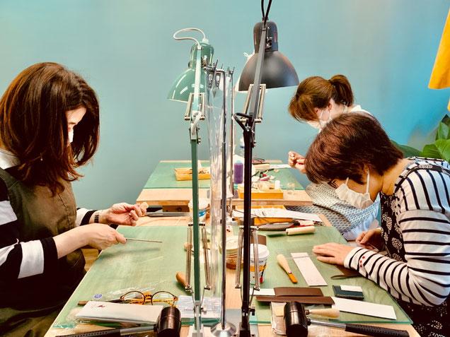 レザークラフト教室ヨコハマセリエの大阪心斎橋教室生徒さんの道具作りと型紙作り