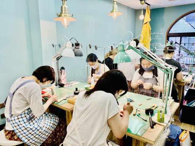 ヨコハマセリエ レザークラフト教室の大阪教室日曜午後クラスのみなさんの作業