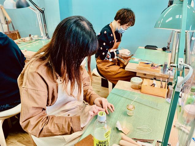 大阪のレザークラフト(革)教室ヨコハマセリエの様子
