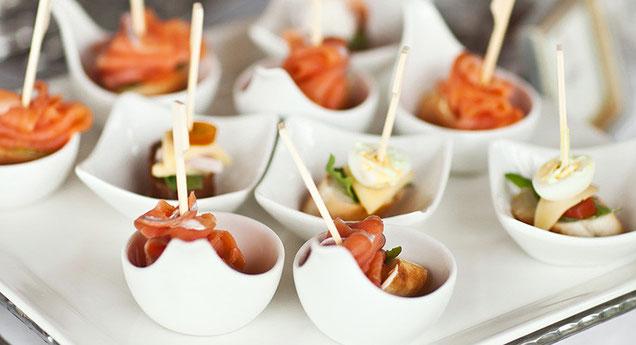 Catering / Eventküche · Schälchen mit angerichtetem Fingerfood