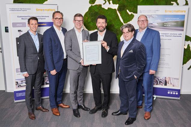 Alexander Kohnen (third from left) and team receiving Preferred Supplier Award from Bosch  -  photo: Bosch