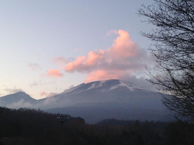 そんな現場の帰りの浅間山。夕焼けの残照?