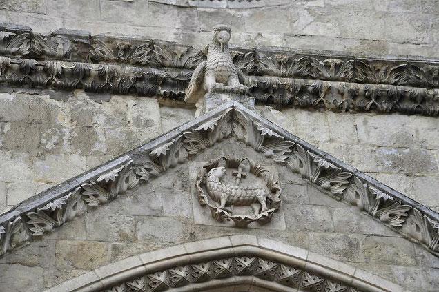 Agnello crucifero nel timpano del Portale