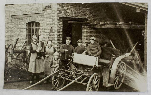 Vermutlich aus den 1930er Jahren stammt dieses Foto aus Bergkirchen. Erich Busack ist rechts, auf der Kutsche sitzend, zu sehen.