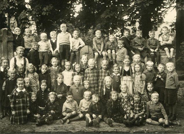 Auf diesem Klassenfoto von 1936 ist Walter Birkenruth noch inmitten seiner Mitschüler. -- Zum Vergrößern auf das Bild klicken