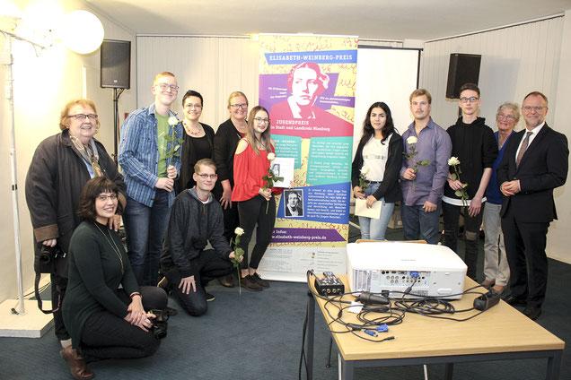 Gemeinsam mit einigen ihrer Lehrerinnen, mit Simone Schad-Smith von der Evangelischen Akademie Loccum, Ulrike Kassube vom Runden Tisch Nienburg und Nienburgs Landrat Detlev Kohlmeier freuen sich die Wilhelm-Busch-Schüler über ihren Preis.