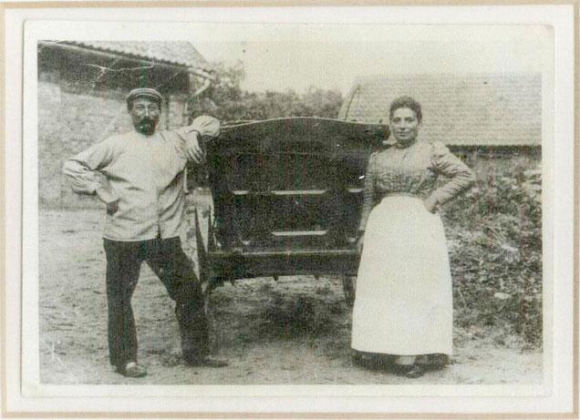 Salomon und Berta Hammerschlag am Erntewagen