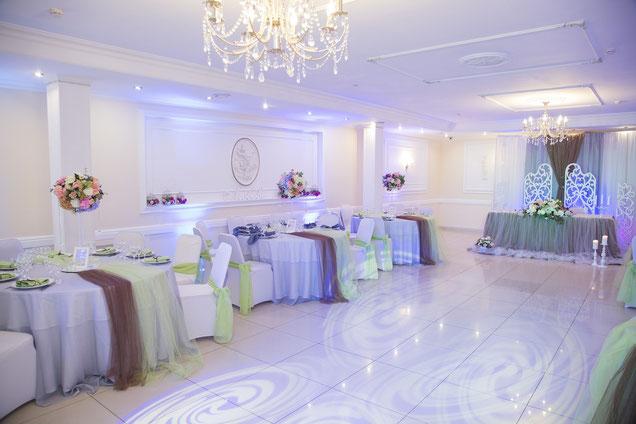 Hochzeits-Tischdeko mit üppigen Stoffen