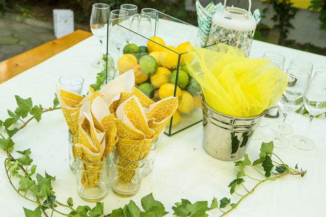 Tischdeko mit Zitronen und Limetten
