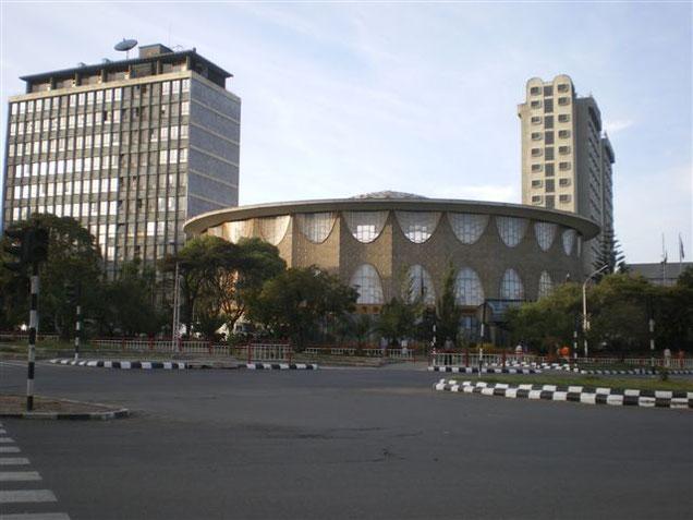 Proche du Lion de Judée, toujours sur le côté gauche de la Churchill avenue, la Commercial Bank of Ethiopia (NBE/CBE) inaugurée sous Hailé Sélassié le 02/11/1965 (H. Chomette, architecte en chef de la ville d'Addis Abeba de 1953 à 1959).