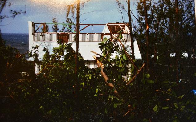 """Notre """"case"""" après le passage du cyclone Firinga en janvier 1989 (La Réunion)"""